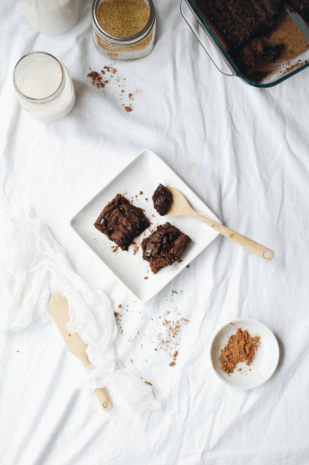 Black Bean Gluten-Free Vegan Brownies | how to make black bean brownies, healthier brownie recipes, healthy brownie recipes, gluten free brownie recipes, gluten free desserts, vegan brownie recipes, vegan desserts || The Butter Half via @thebutterhalf
