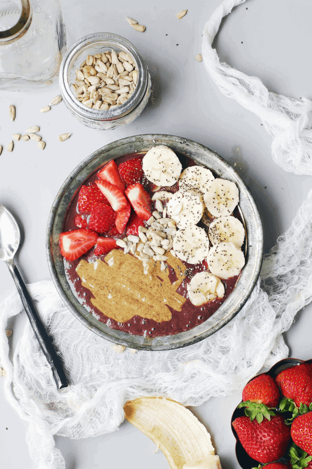 Almond Butter Acai Bowl | acai bowl recipe ideas | homemade acai bowls | how to make an acai bowl | healthy breakfast ideas | breakfast recipe ideas | fresh fruit recipe ideas | homemade healthy breakfast recipes | recipes using almond butter | almond butter recipe ideas || The Butter Half