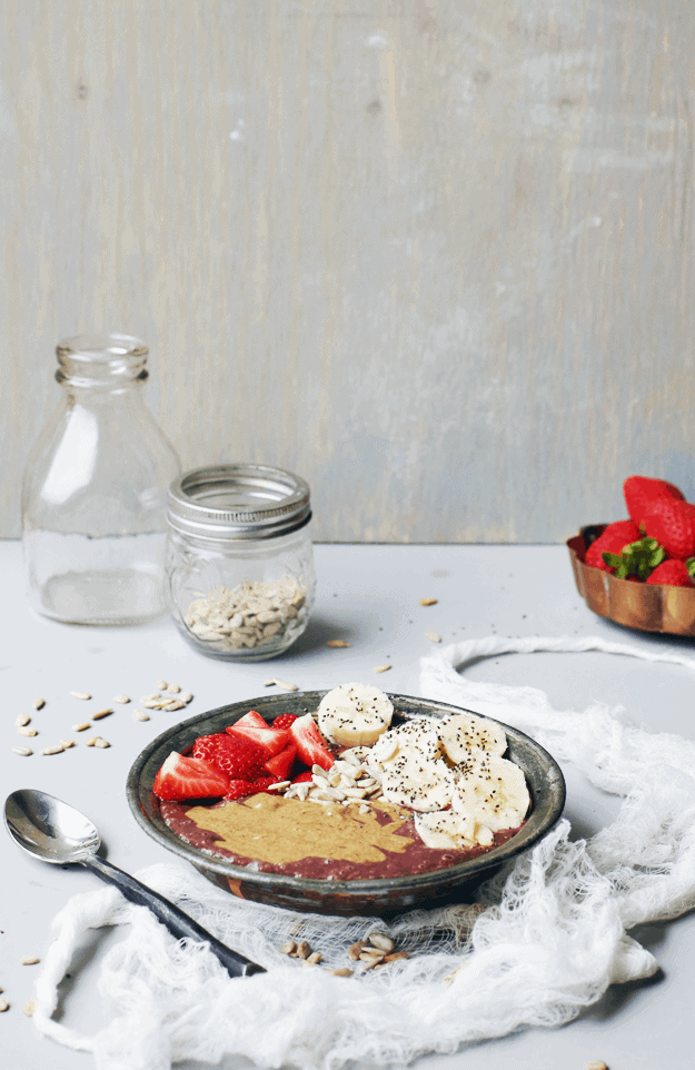 Take acai of relief knowing this almond butter acai bowl is full of nutrients and antioxidants. It's the perfect healthy breakfast that fits all dietary restrictions, and it tastes like an amazing treat. || The Butter Half #acai #almondbutter #breakfast #healthyrecipes #thebutterhalf