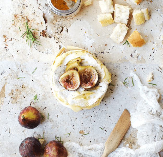 Baked Brie Fondue with Roasted Figs | baked brie recipes, how to make baked brie, recipes using roasted figs, roasted fig recipe ideas, fun fondue recipes, how to make fondue, easy appetizer recipes, cheese appetizer recipes, homemade baked brie || The Butter Half via @thebutterhalf