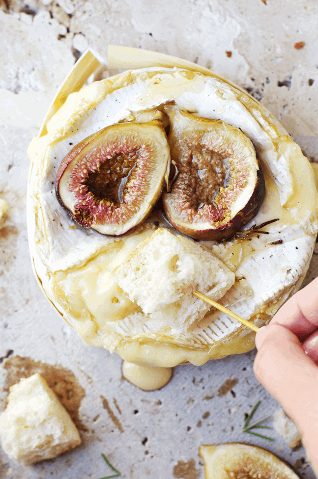 Baked Brie Fondue with Roasted Figs | baked brie recipes, how to make baked brie, recipes using roasted figs, roasted fig recipe ideas, fun fondue recipes, how to make fondue, easy appetizer recipes, cheese appetizer recipes, homemade baked brie #homemadebakedbrie #roastedfigs #easyappetizerrecipes #thebutterhalf || The Butter Half