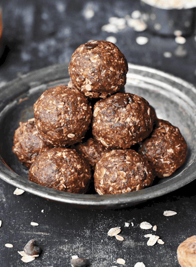 Dark Chocolate Fig Oatmeal Bites | vegan treat recipes, dark chocolate recipes, oatmeal bite recipes, healthy snack recipes, healthy dessert recipes, vegan dessert recipes, healthy chocolate recipes || The Butter Half via @thebutterhalf #oatmealbites #vegandessert #vegansnack #darkchocolate
