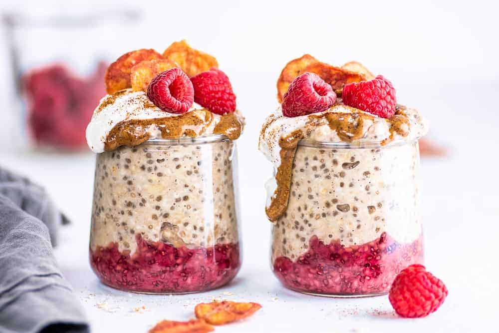 These easy banana overnight oats with chia seeds are vegan and gluten-free. Prep them in five minutes, and leave the rest of the work to the refrigerator. In the morning you have a delicious, nutritious breakfast waiting for you! Healthy and packed with fiber, this is an easy breakfast to take on the go. || The Butter Half #overnightoats #breakfast #vegan #glutenfree #thebutterhalf